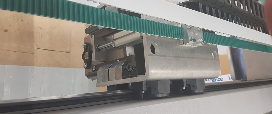 Guide rails and carriages from HepcoMotion in the fully automatic grinding system